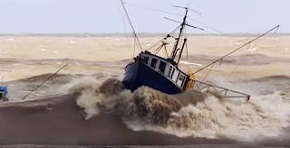 Mengerikan, Video Kapal Nelayan Diterjang Ombak Besar