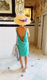 Look invitada boda con vestido turquesa, escote en la espalda y canotier pamela de ala ancha xxl en morado y verde mint by malonsilla