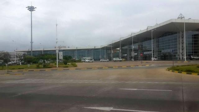 """A petição criada pelo Parlamento Juvenil, uma organização de jovens que luta pelos direitos e prioridades da juventude em Moçambique, chama-se """"Aeroporto Internacional de Maputo"""" (o nome oficial do aeroporto) e começa com a recitação de frases do antigo herói nacional, conhecido como o """"Pai da Nação"""", Samora Machel:  A maior glória é servir ao Povo, A maior recompensa ter servido ao Povo, A maior honra morrer pelo Povo. O nome atual do maior aeroporto de Moçambique tem que ostentar o nome do fundador da República, defende o Parlamento Juvenil (PJ) que quer ver a nova denominação no aeroporto que serve de porta de entrada no país. Para sustentar a sua posição, o PJ declara o seguinte:  Foi por este Aeroporto que Samora entrou para proclamar a independência Nacional e a entrada à capital, nacionais e estrangeiros, têm de ter contacto com Samora, o fundador da República. Samora Machel, estadista de estatura universal, de imensurável dimensão revolucionária, sem paralelo na época contemporânea, combatente da liberdade e homem de justiça social. O movimento juvenil vai mais longe e relembra que até hoje não existe um desfecho sobre a morte do primeiro Presidente de Moçambique e diz que esta é melhor forma de o poder homenagear:"""