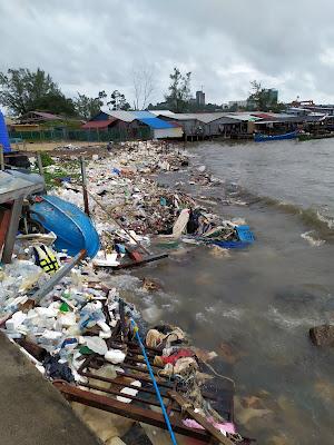 Montones de basura en el puerto de Sihanouk Ville en Camboya