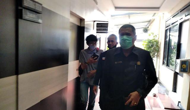 Anggota DPRD Lumajang, Trisno bersama kuasa hukumnya di Polres Lumajang