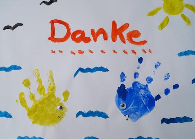 DIY: Mit Wasserfarben Fische aus Handabdrücken zaubern. So ein Bild mit Handabdruck ist auch eine tolle Geschenk-Idee oder eignet sich als persönliches Dankeschön.