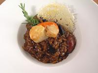 Risotto de ajos negros con chipirones, vieira a la plancha y crujiente de parmesano