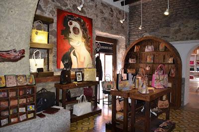 interior tienda prision art