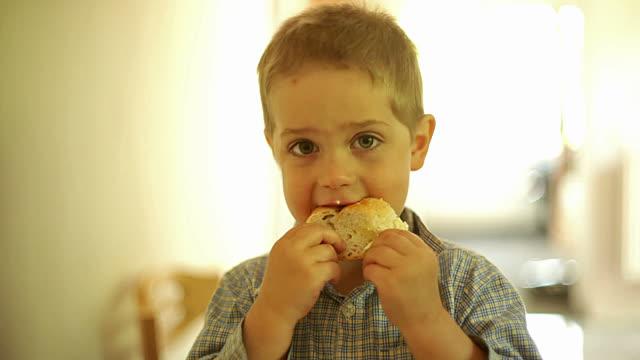 Одноклассник дочери доедал остатки школьных обедов. А вскоре, состоялось родительское собрание...