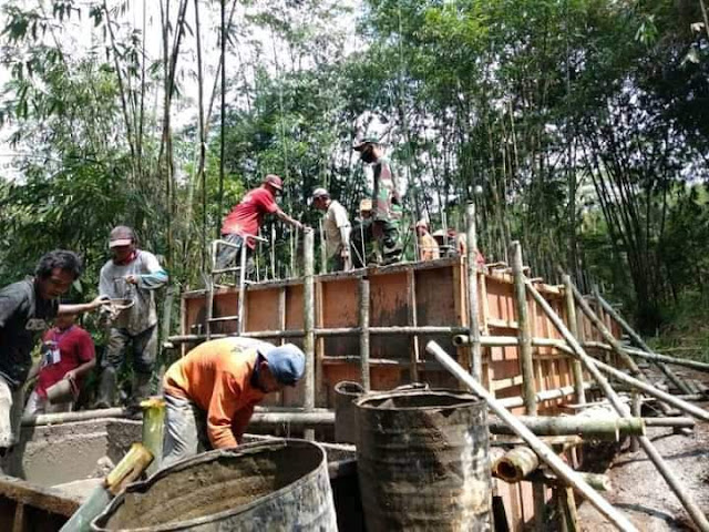 Babinsa Koramil 06 Kalibening Bersama Masyarakat Kerja Bakti Pembuatan Bak Penampungan Air Bersih