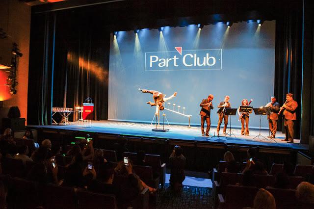 Apresentação com artista parada de mãos para o evento de premiação da Part Club em São Paulo.