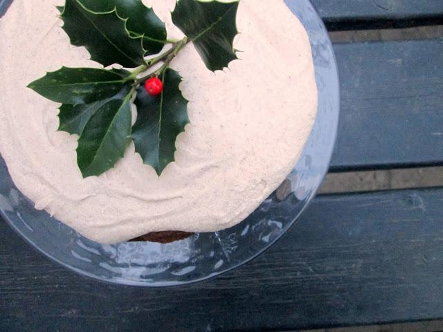 Julet kirsebærkage med vaniljefrosting