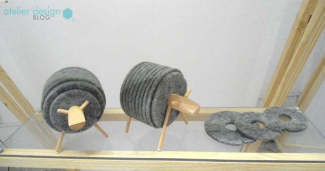 Produto de carneirinho/porta copos feito de madeira e feltro