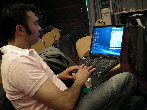 Hombre escribiendo en una computadora