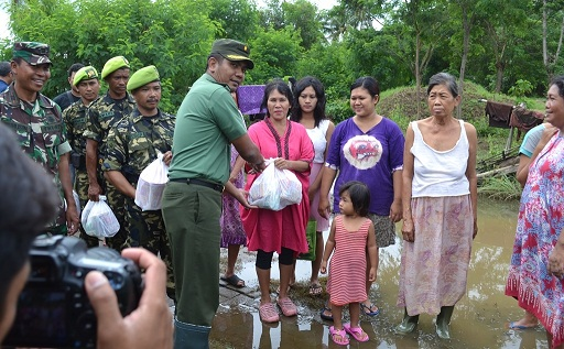 Kodim 0506/Tgr Berikan Sembako Korban Banjir