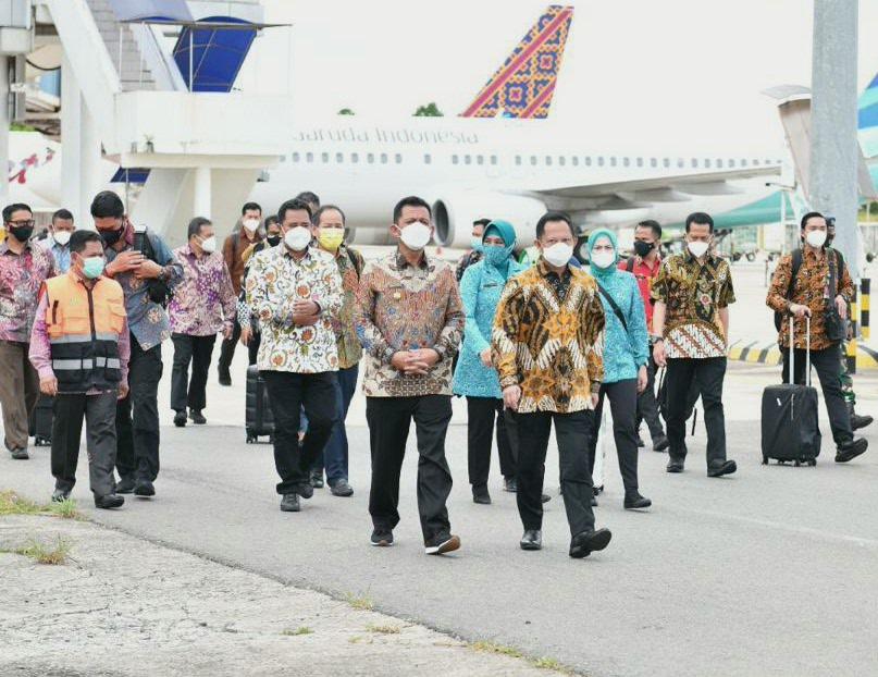 Mendagri Didampingi Gubernur Kepri Tinjau Kedatangan PMI dari Malaysia