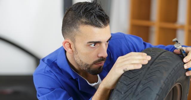 avtomehanik-proveryaet-sostoyanie-avtomobilnoj-shiny