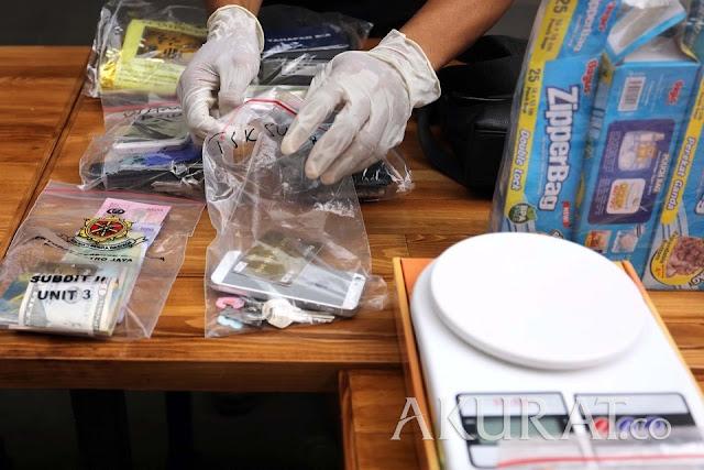 Penjual Narkoba Paket Hemat, Sembunyikan Sabu di Sepatu dan Casing Handphone