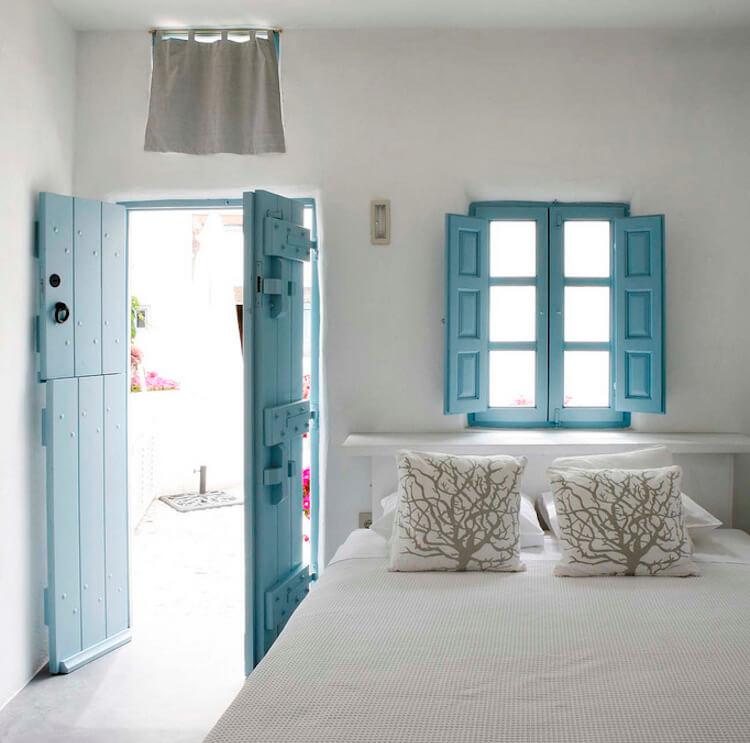 puertas y ventanas antiguas, pintadas en color azul
