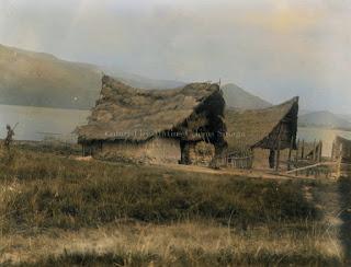rumah dengan dinding dari tanah liat berada di palipi samosir