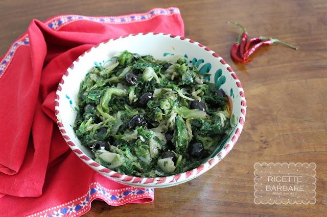Scarola in padella con acciughe, olive e capperi