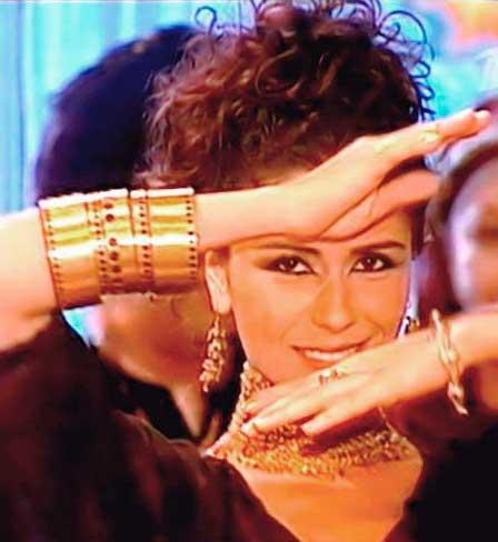 Cena Jade dançando