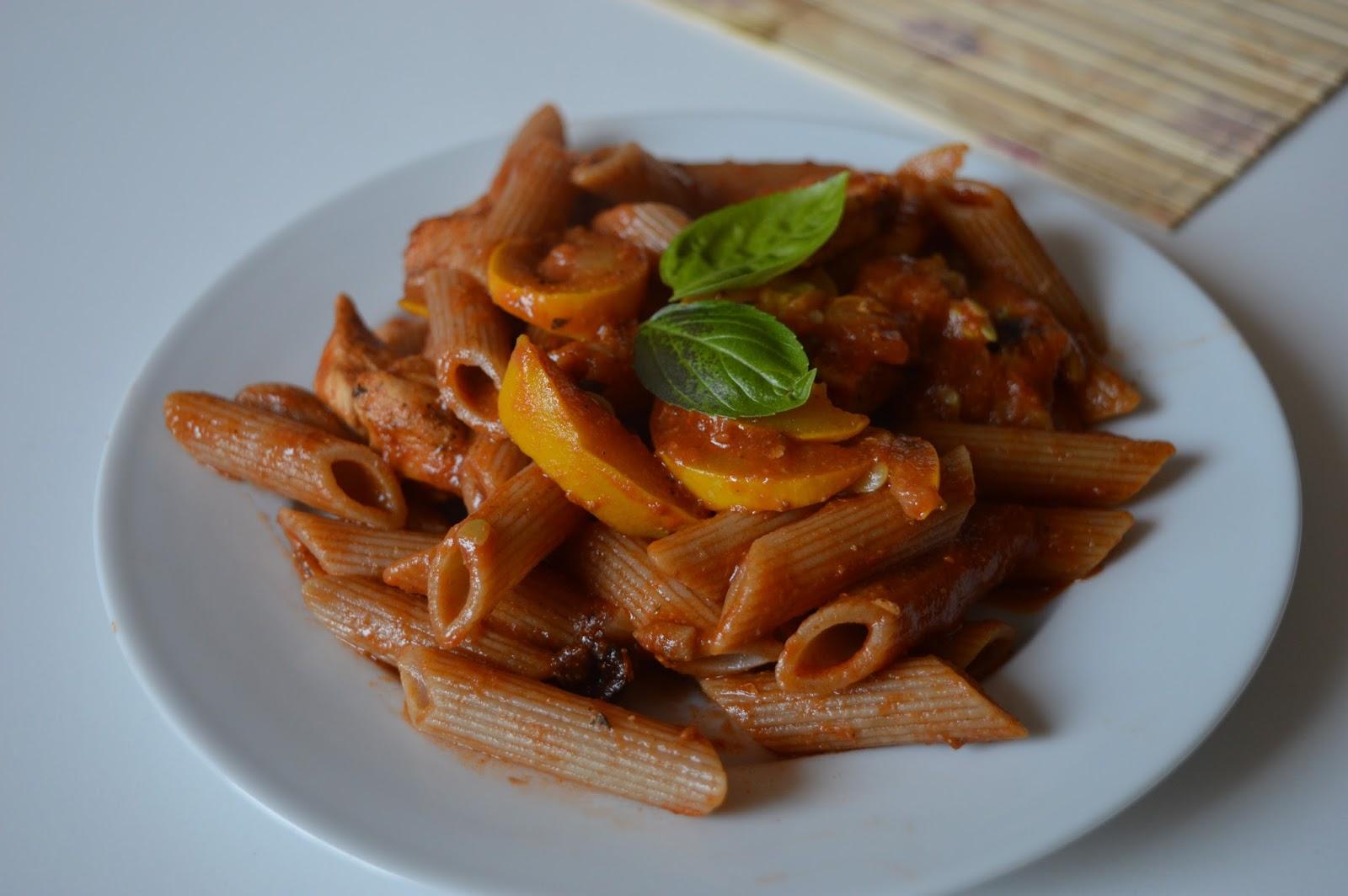 makaron pełnoziarnisty z sosem pomidorowym i cukinią