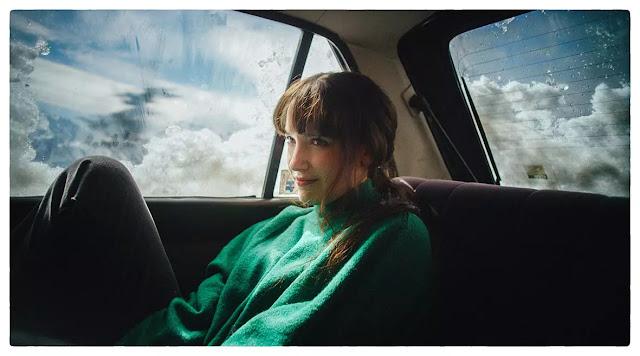"Dindi Jane estrena ""Milagros"" y tributa icónico videoclip de Alanis Morissette musica chilena música chilena"