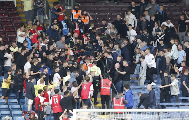 Burnley fans are said to be the ones who started the fight because they were so disappointed after the 0-1 loss of the home team. Arsenal fans are no less. Both sides forced security forces to intervene to stabilize the situation.