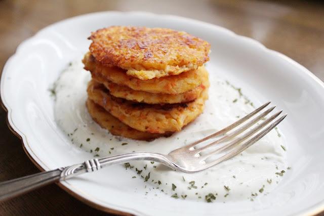 Leckere vegetarische Reispuffer mit Kräuterquark.