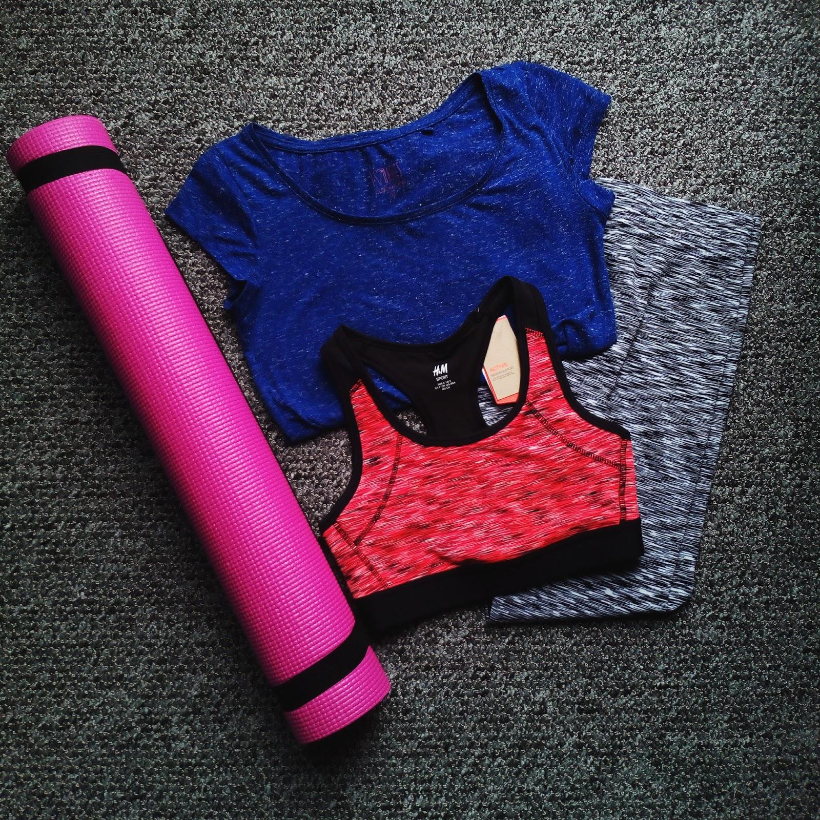 Oblečení a podložka na jógu