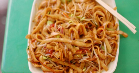 Egg Fried Noodles with Bean Sprouts and Pepper