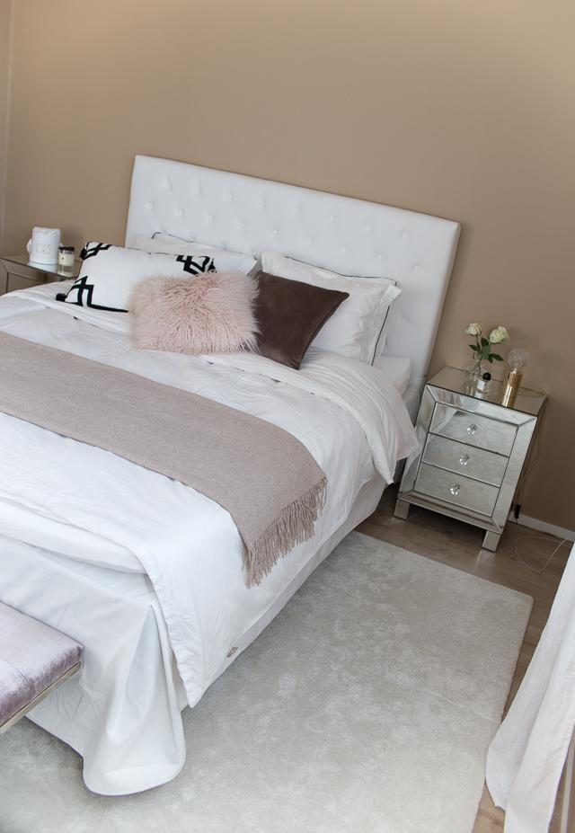 Villa H, makuuhuoneen pehmeä tunnelma, peilipintainen yöpöytä, classic collection, hattara matto