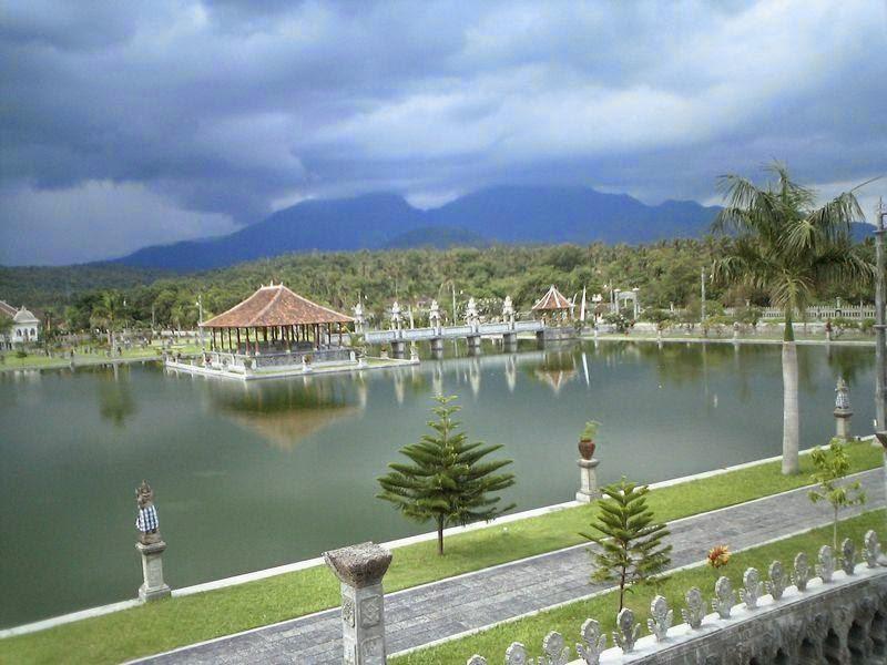Kolam Di Taman Ujung Bali