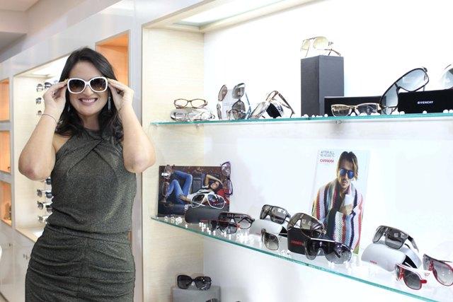 A empresária Leila Diniz, cercada de familiares que fundaram as Óticas  Diniz, entre eles Arione Diniz, o presidente do maior grupo do segmento do  país, ... f80f660550
