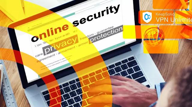 Çevrimiçi ortamda güvende kalmak için KeepSolid DNS Güvenlik Duvarı ile internette gezinen adam