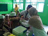 Prosesi Suntik Imunisasi Maesles Rubella oleh Puskesmas Wonoasih di MI. Tashilul Mubtadiin