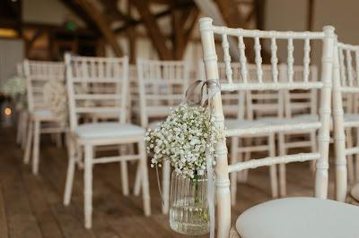 Espacio interior en una finca preparado para ceremonia de boda