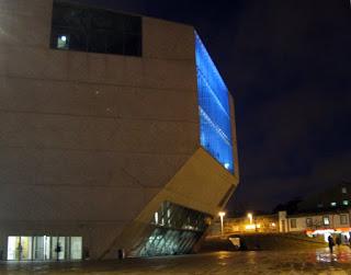 Vista noturna da Casa da Música