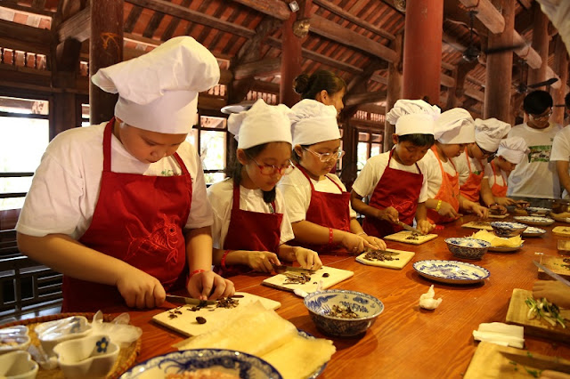 Foreign tourists join a cooking class in Hoi An 3