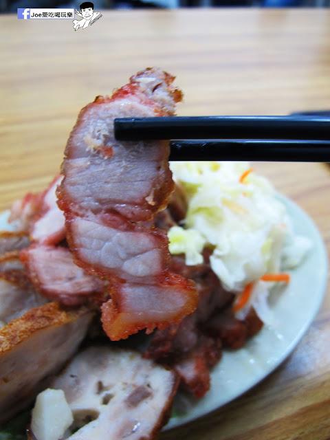 IMG 8721 - 第五市場蚵仔粥│在地人的好口味, 除了蚵仔粥,肉捲、紅燒肉也是必點