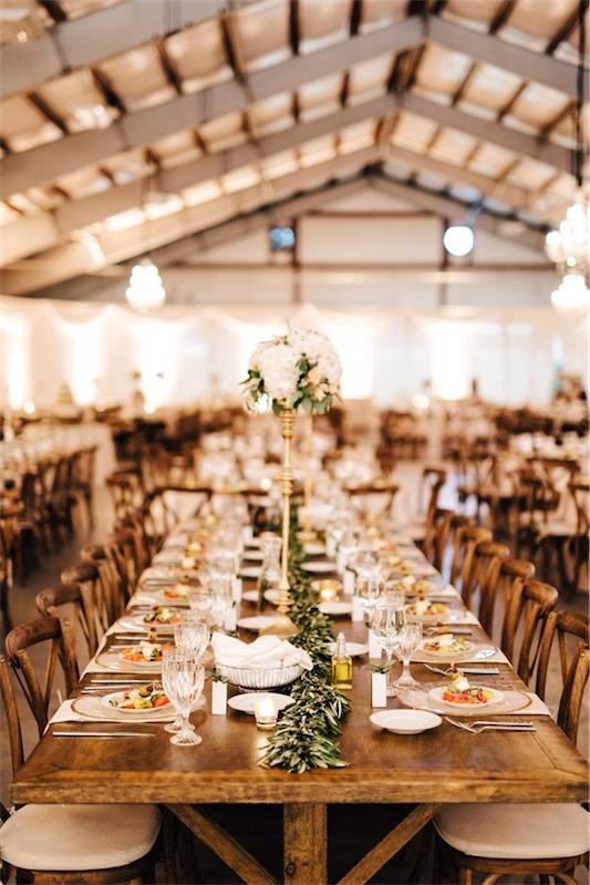 mesa de madera decorada con ramas de olivo boda inspiracion griega chicanddeco