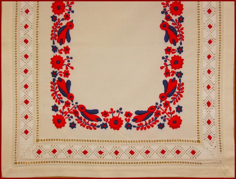 4593ba9905 Mint országszerte általában, Szécsény környékén is a színes hímzést, a  fehér előzte meg. Ezt a fehér hímzést, háznál szőtt vászonlapra, ...