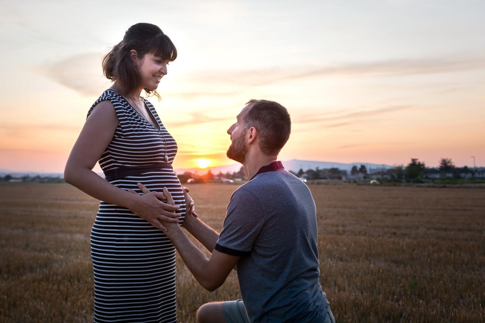 Séance photo de grossesse au coucher de soleil à Lyon