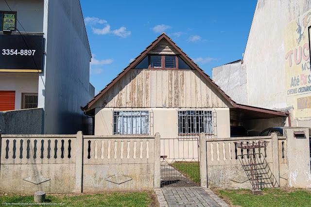 Casa mista, com uma janela na parte superior que permite mais luminosidade