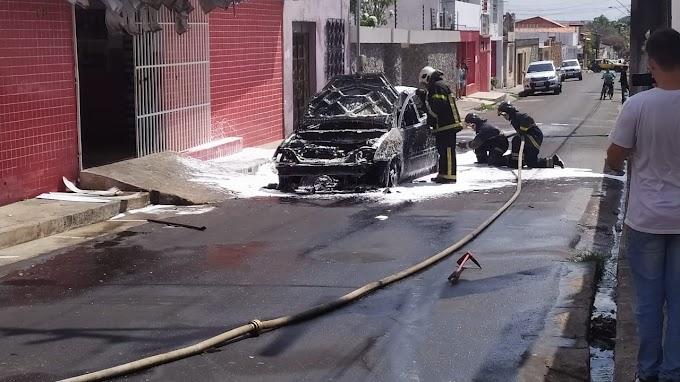 VÍDEO - Carro em chamas assusta transeuntes no centro da cidade até a chegada do Corpo de Bombeiros