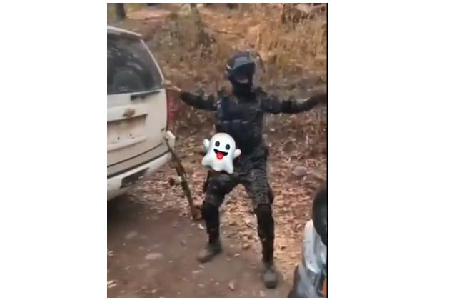 Video: Como los de Fortnite así se grabo un Sicario bailando con su arma de cargo bien fanfarron