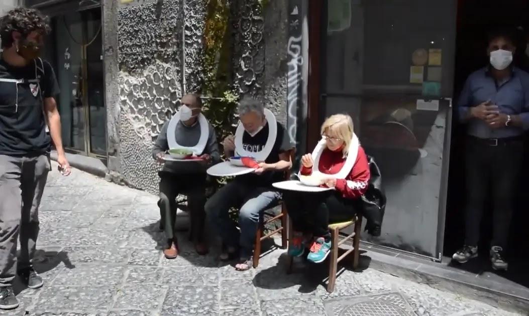 A Napoli copriwater usati come tavolini