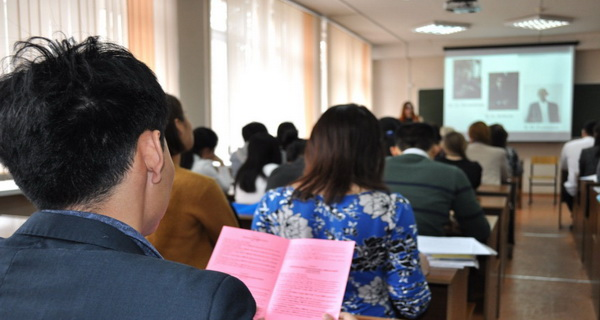 profesorul le da o lectie importanta elevilor