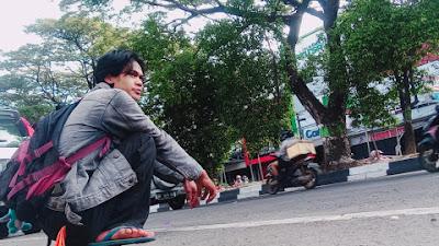 Di Seberang Jalan Raya