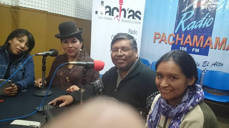 Quispe junto a sus compañeras radialistas en Pachamama FM / FACEBOOK