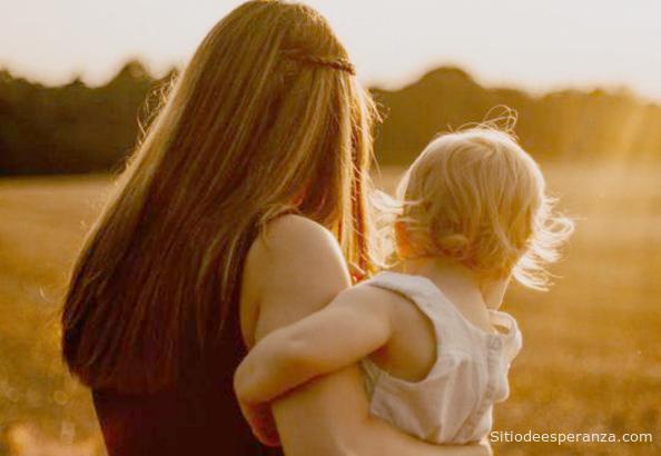 Madre soltera con bebé en los brazos