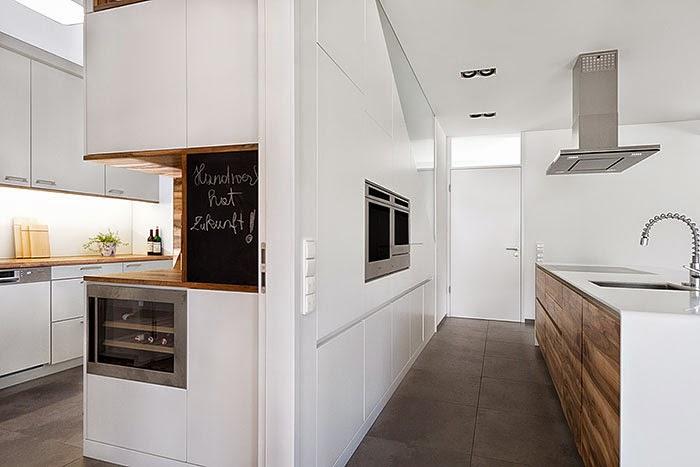 Un contraste natural que rompe la monoton a cocinas con for Cocina blanca y madera moderna
