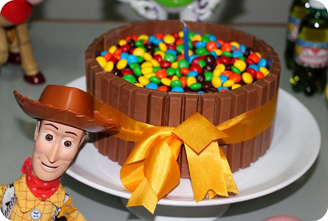 Bolo Kit Kat com M&M's - Mêsversário com Decoração do Toy Story
